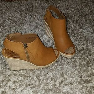 Ruff Hewn Hooded Wedges